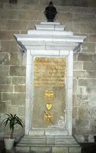 l'urne en plomb contenant le coeur de Du Guesclin est placée dans une cavité murale dans la chapelle du Rosaire